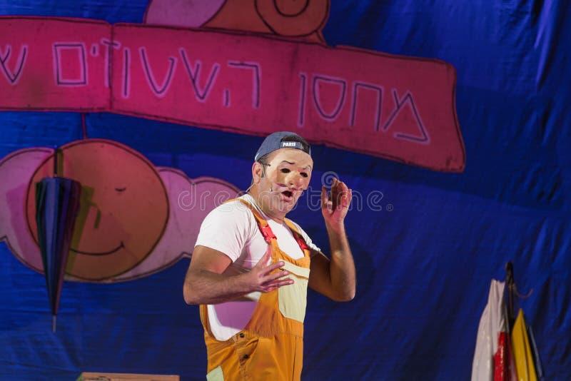 Israel, el Negev, cerveza-Sheva - celebración 2015 de Jánuca en el teatro de la juventud Un actor que lleva una máscara y una ins foto de archivo