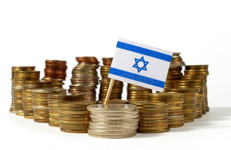 Israel-Flagge mit Stapel Geldmünzen lizenzfreie stockfotografie