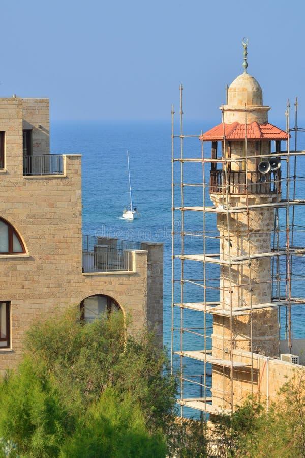 Israel i det gamla Jaffa tornet av moskén i material till byggnadsställning royaltyfri fotografi