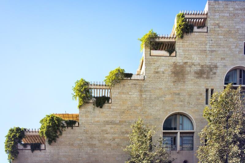 Israel Jerusalén, vista de la terraza formó el lado de una construcción de viviendas, desde un punto de vista bajo imágenes de archivo libres de regalías