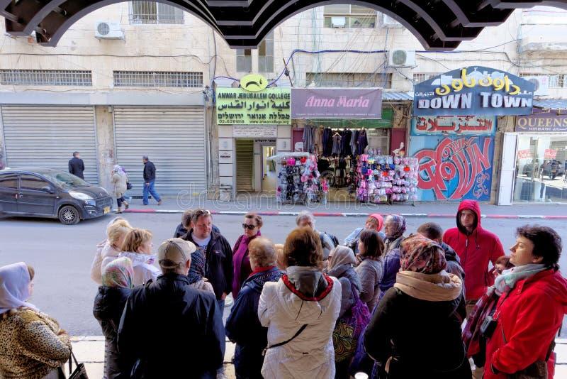 israel Jerusalem - Luty 19 2017 Grupa pielgrzymi obok przewdonika czeka zgromadzenie wszystkie uczestnicy przy t zdjęcie stock