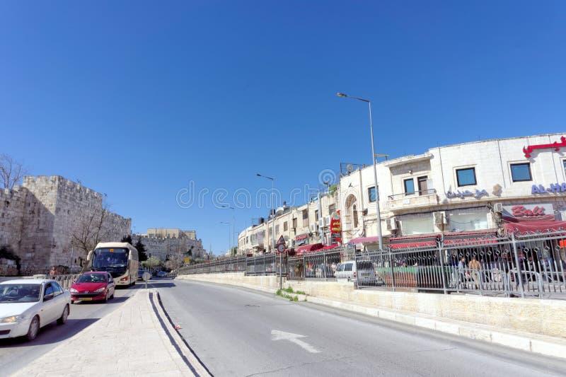 israel Jerusalem - Luty 19 2017 Samochody jadą wzdłuż autostrady lokalizować obok ścian Stary miasto w Jerozolima obraz stock