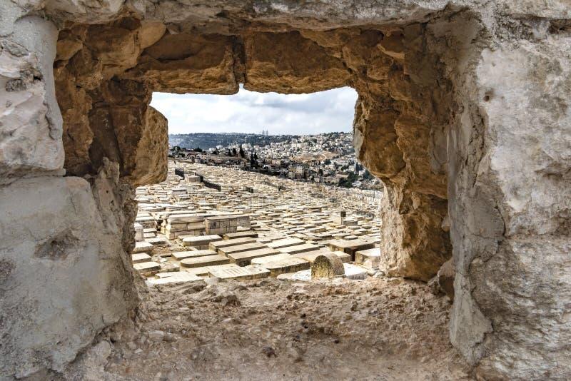 Israel Jerusalem, Mount Zion, uma vista original através de uma rocha à cidade velha, com muitos túmulos no primeiro plano, fotos de stock royalty free