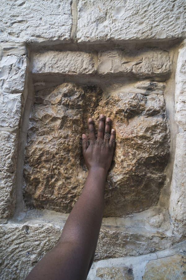 israel jerusalem Trycka på den heliga stenen på Via Dolorosa arkivfoto