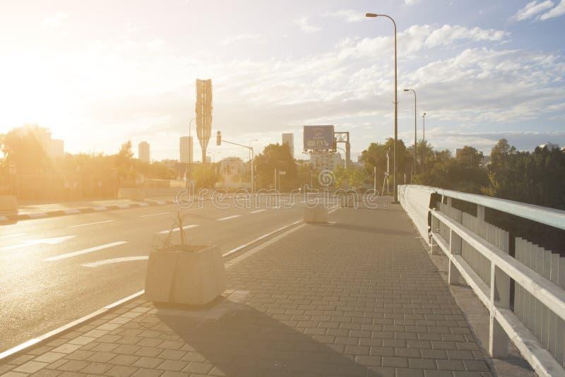Israel Landscape Tel Aviv ny stadsgränsmärke solig afton Scenisk panorama g?mma i handflatan, tr?d, skyskrapor och speedwayen Sik arkivfoto