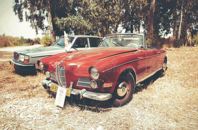 ISRAEL, PETAH TIQWA - 14 DE MAYO DE 2016: Coche magnífico BMW 503, 1958 del tourer Exposición de antigüedades técnicas en Petah T fotografía de archivo