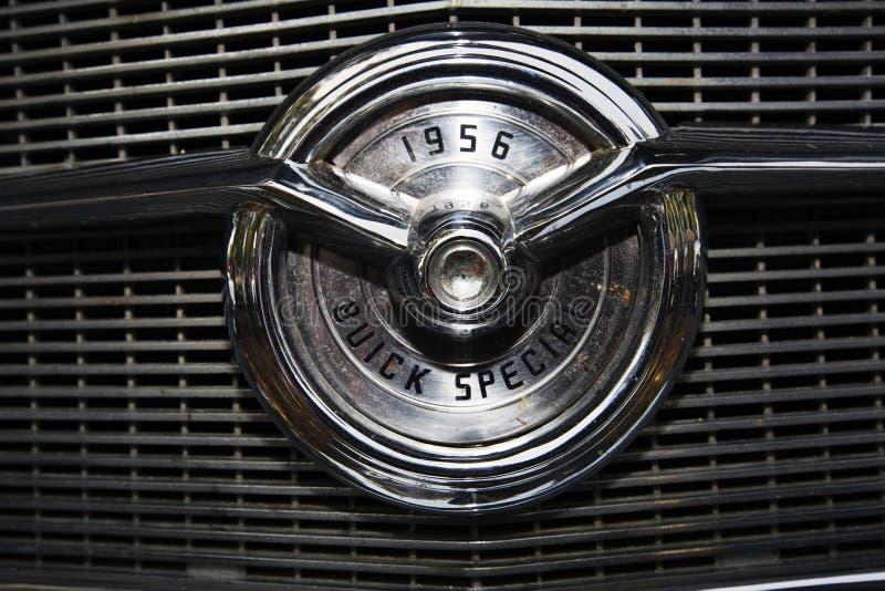ISRAEL, PETAH TIQWA - 14. MAI 2016: Ausstellung von technischen Antiquitäten Buick-Specialautoemblem 1956 in Petah Tiqwa, Israel stockbild
