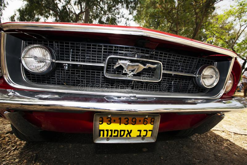 ISRAEL, PETAH TIQWA - 14. MAI 2016: Ausstellung von technischen Antiquitäten Vorderansicht des Mustangs in Petah Tiqwa, Israel stockbilder