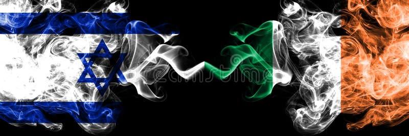 Israele contro l'Irlanda, bandiere mistiche fumose irlandesi disposte parallelamente Spesso colorato serico fuma la bandiera di I fotografie stock