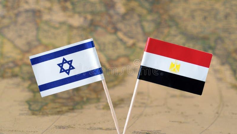 Israele e l'Egitto inbandierano i perni su un concetto della mappa di mondo, di relazioni politiche o diplomatiche fotografie stock libere da diritti