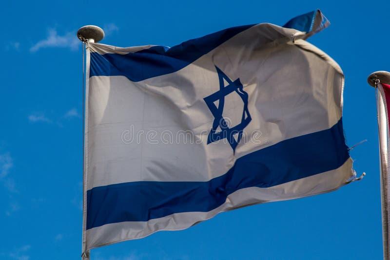 Israelian flagi chorągwiany fliying w wiatrze zdjęcie royalty free