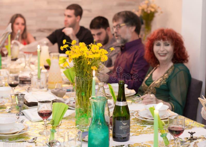 Israelische Familie in einem Passahfest Seder-Abendessen stockbilder