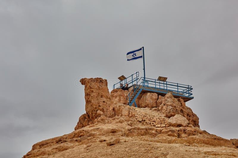 Israelische Flagge in der Spitze eines Berges lizenzfreie stockfotografie