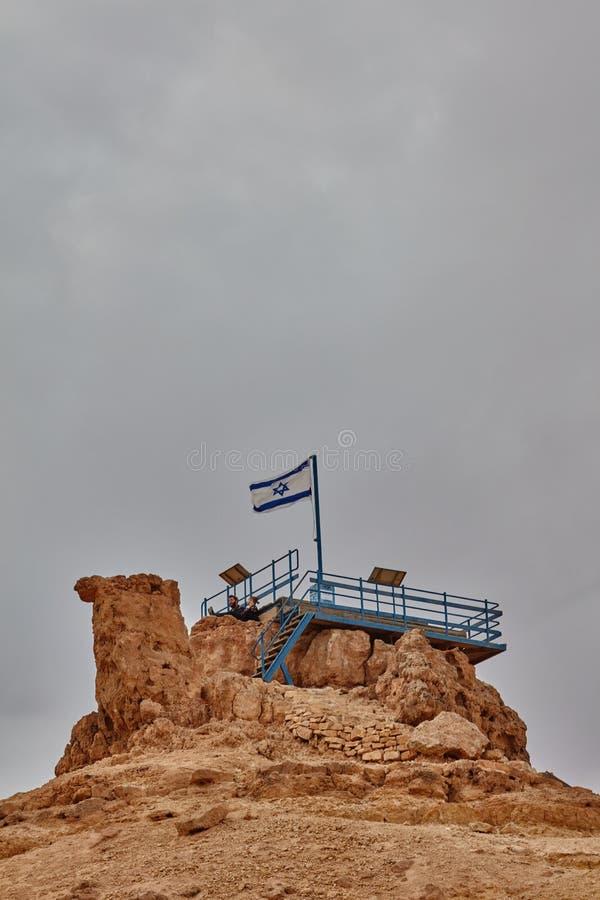 Israelische Flagge in der Spitze eines Berges lizenzfreies stockbild