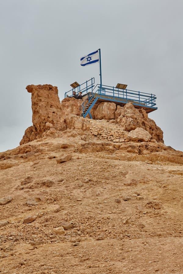 Israelische Flagge in der Spitze eines Berges stockfoto