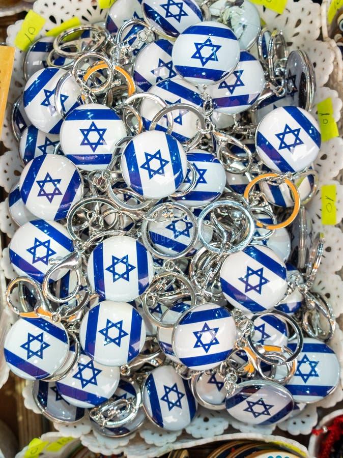 Israelische Flaggen keychains oder Trinkets für Verkauf am Straßenmarkt lizenzfreie stockfotos