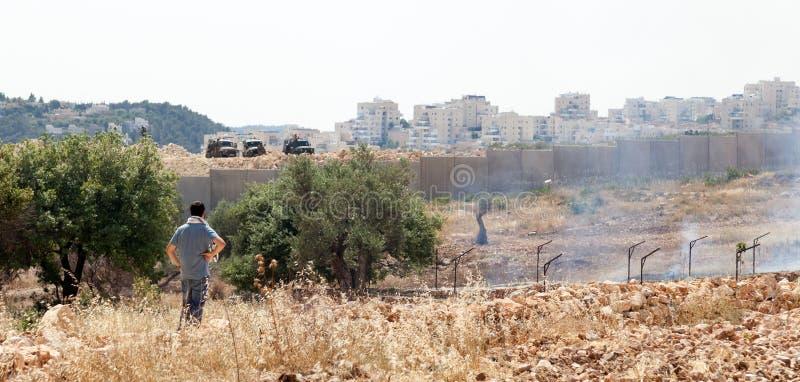 Israelischer Anarchisten-aufpassende Soldaten am Westjordanland-Protest lizenzfreies stockbild