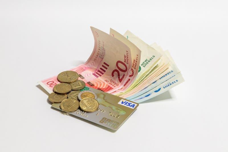Israelischer Geldstapel neue israelische Banknoten und Münzen des unterschiedlichen Wertes in den Schekeln NIS mit Goldplastikkre lizenzfreie stockbilder