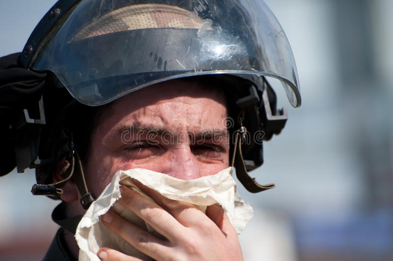 Israelischer Soldat beeinflußt durch Tränengas lizenzfreie stockfotografie