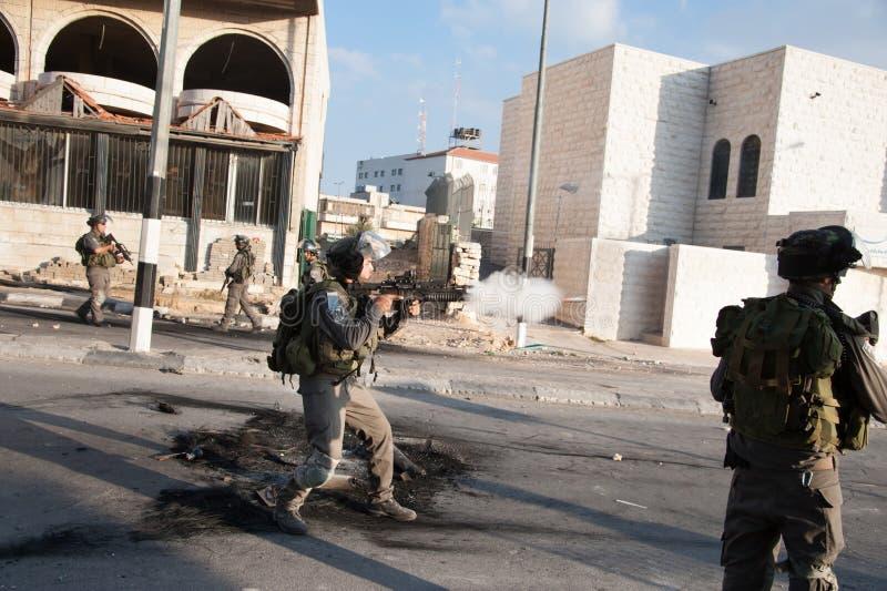 Israelischer Soldat feuert Tränengas ab stockfoto