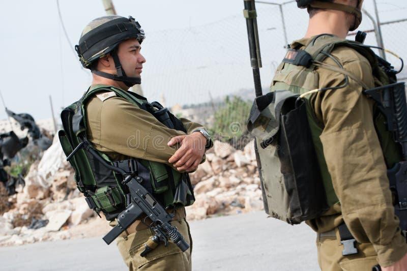 Israelischer Soldat mit Uzi lizenzfreie stockfotos