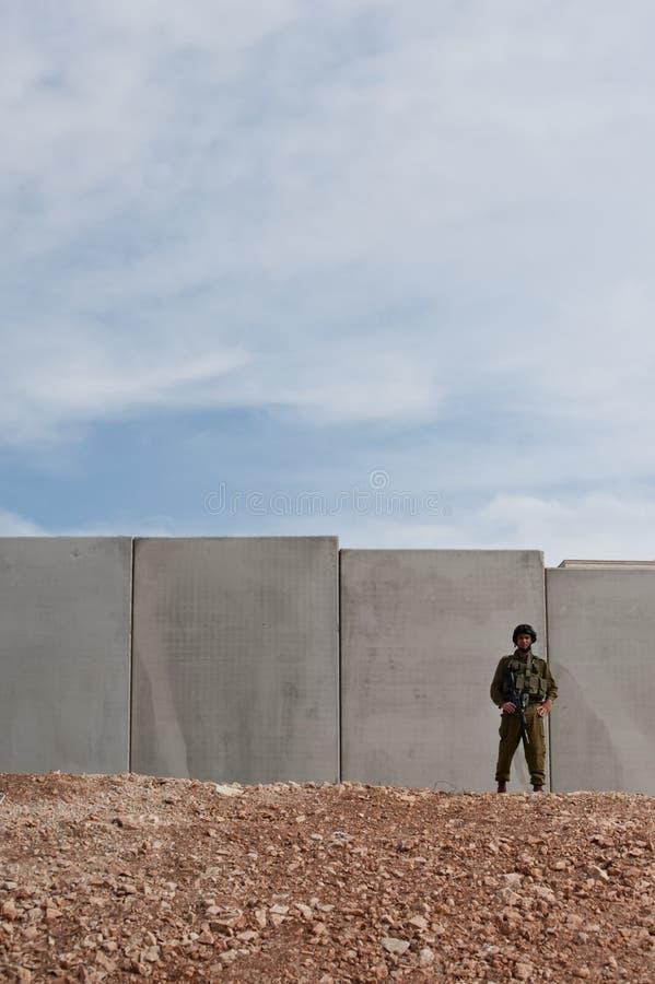 Israelischer Soldat und Trennung-Wand stockfotos