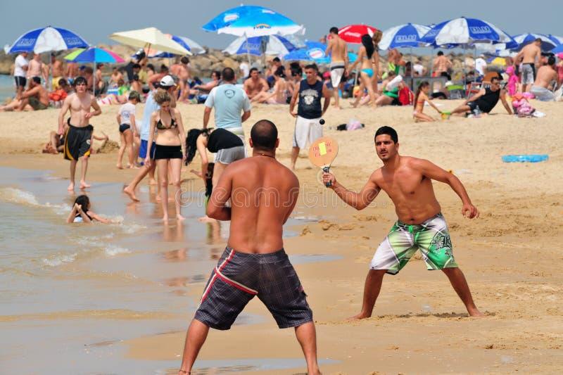 Israelisches Mannspiel Matkot lizenzfreies stockfoto