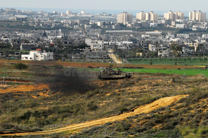 Israelisk armébehållare nära Gazaremsan royaltyfri bild
