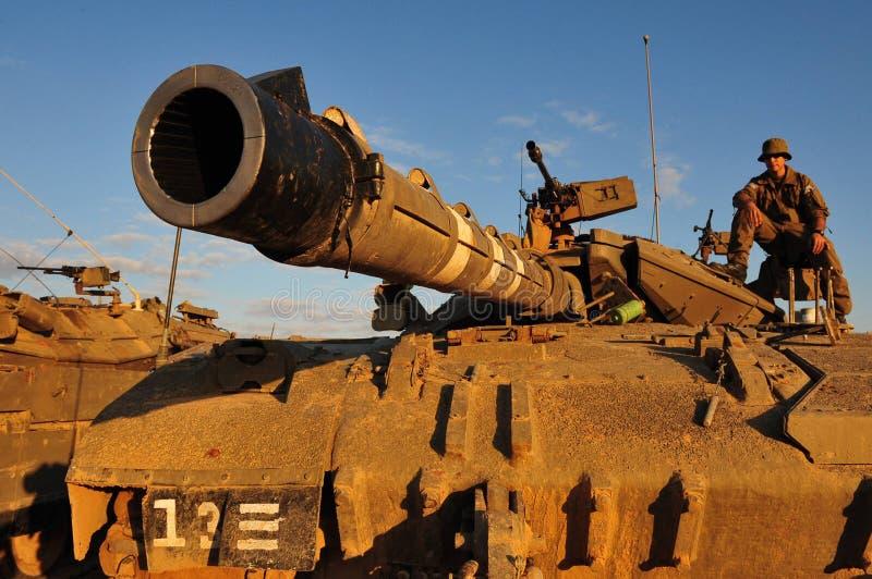 Israelisk soldat på den Merkava behållaren arkivfoton