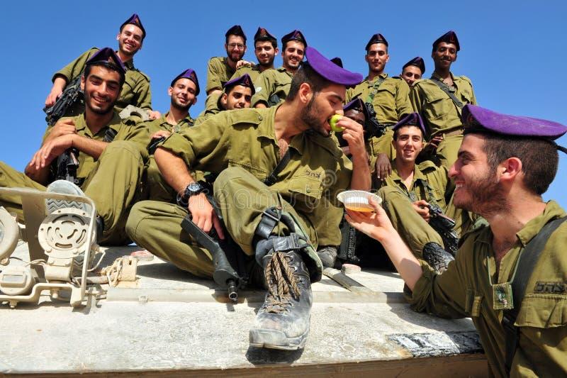 Israeliska IDF-soldater firar Rosh Hasahanah royaltyfri foto