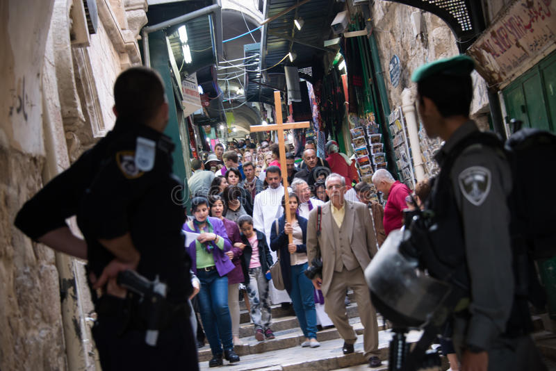 Israeliska soldater och palestinska kristen i Jerusalem arkivfoto