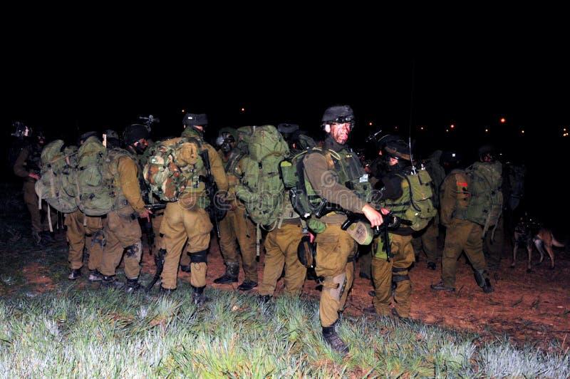 Israeliska soldater som är klara för jordplötsligt angrepp i Gazaremsan royaltyfri foto