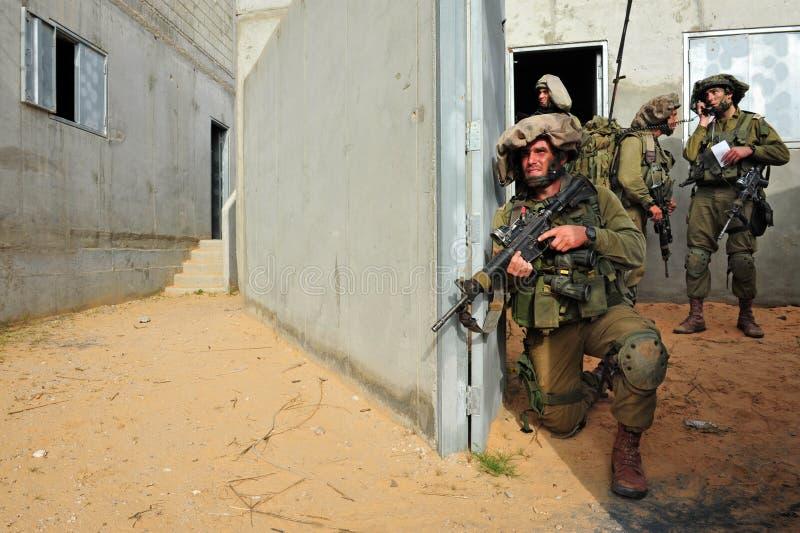 Israeliska soldater under stads- krig övar arkivfoto