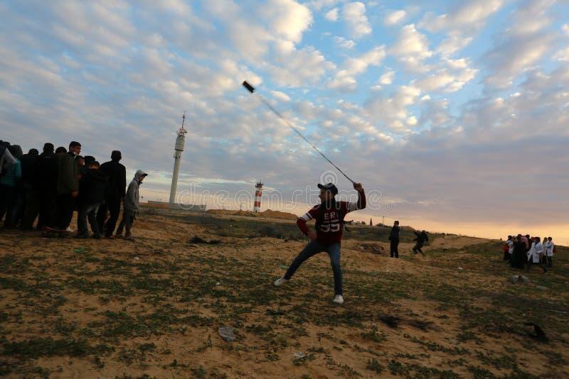Israeliska styrkor ingriper i palestinier under demonstrationerna nära denIsrael gränsen, i den sydliga Gazaremsan arkivbild