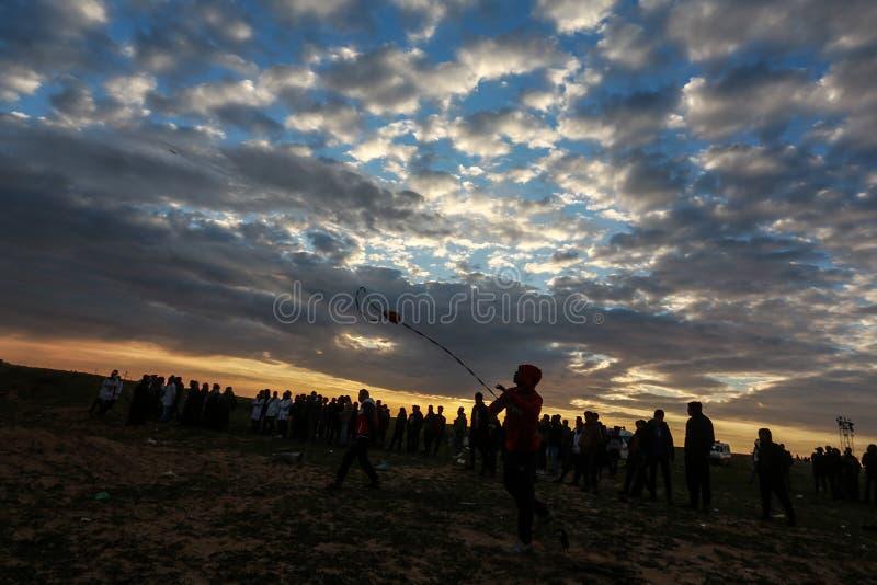 Israeliska styrkor ingriper i palestinier under demonstrationerna nära denIsrael gränsen, i den sydliga Gazaremsan arkivbilder