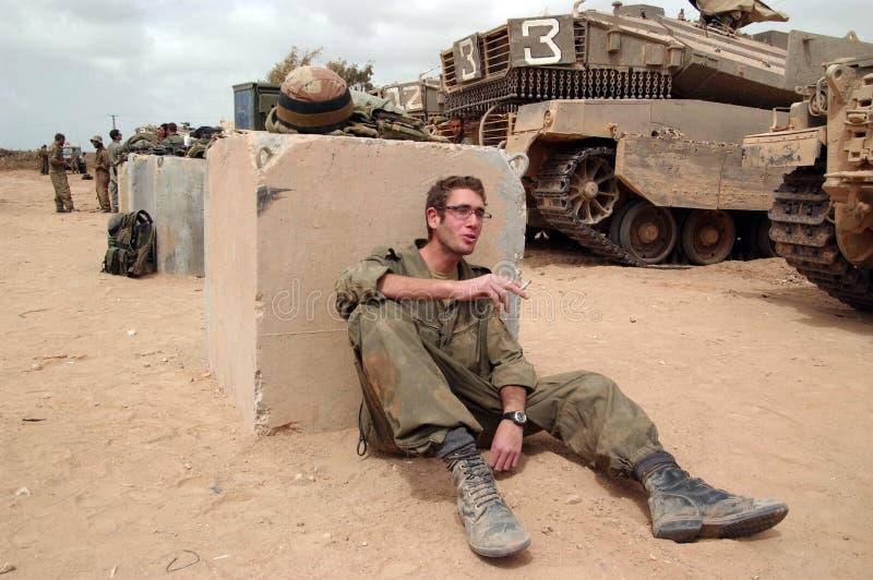 Israels försvarsmaktsoldater som vilar under vapenstillestånd royaltyfri foto