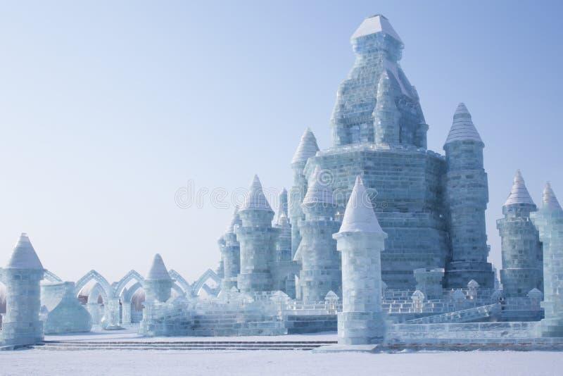 Isslott framme av blå himmel royaltyfria foton