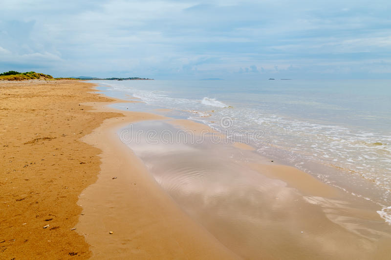 Issos金黄海滩在云彩的 免版税图库摄影
