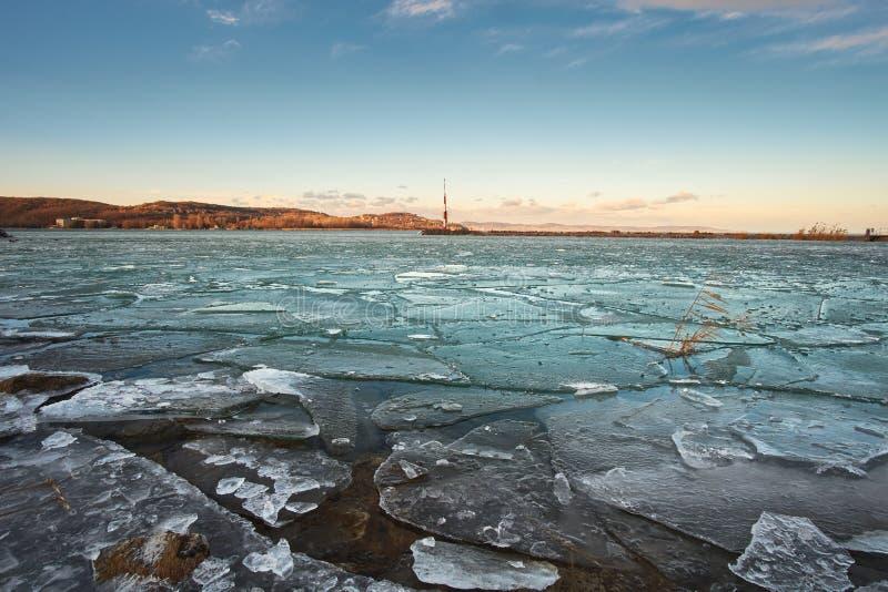 Issprickor på sjön arkivbilder