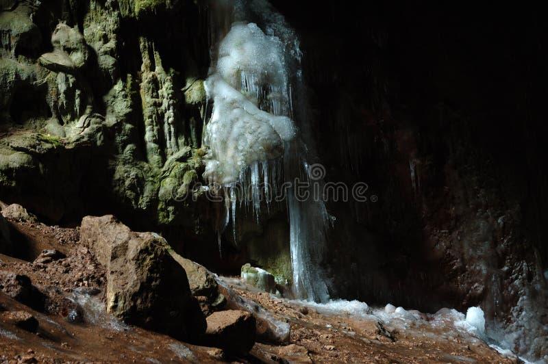 Isstalactites i grottan Bolshoy Buzuluk, Ukraina royaltyfri fotografi