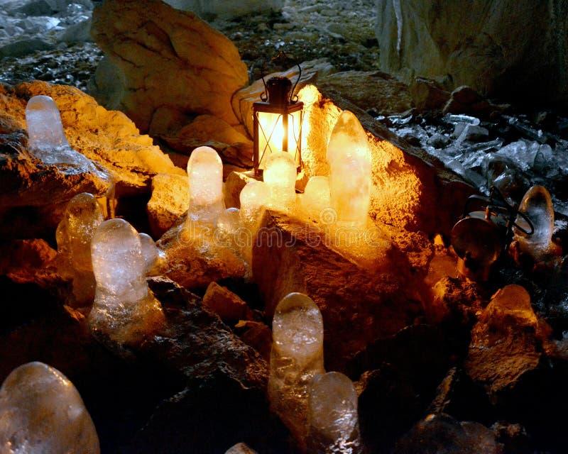 Isstalaktit i grottan royaltyfri bild