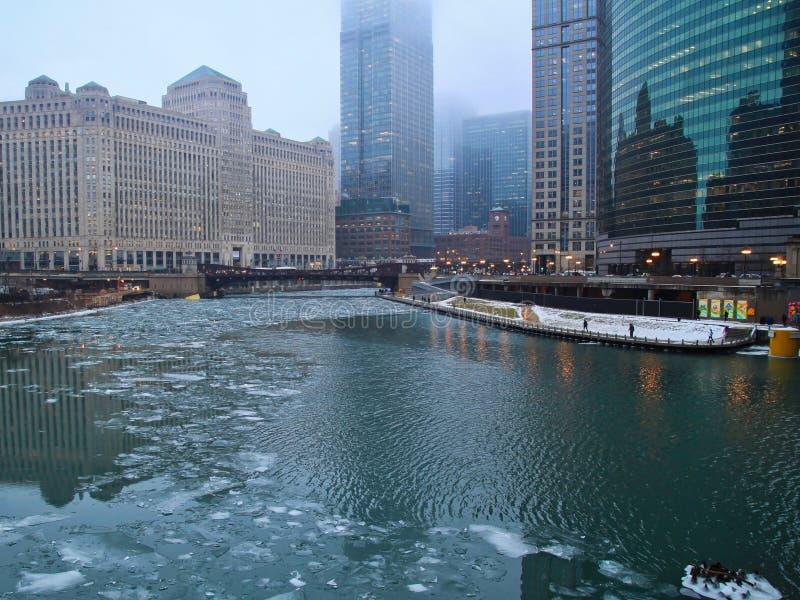 Isstora bitar svävar på Chicagoet River på en dimmig morgon i Januari royaltyfri bild