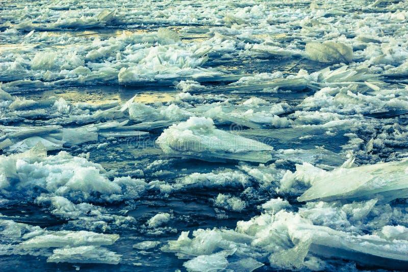 Isstora bitar travde upp på floden royaltyfri bild