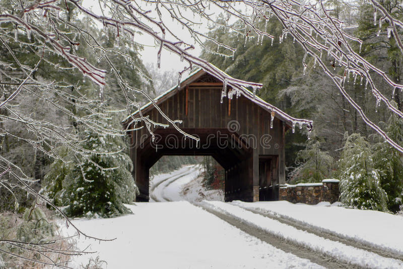 Isstorm på en dold bro arkivfoto