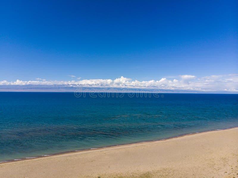 Issyk-kul jezioro Kirgistan Dron Arial krótkopęd zdjęcie stock