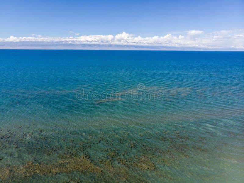 Issyk-kul jezioro Kirgistan Dron Arial krótkopęd zdjęcia royalty free
