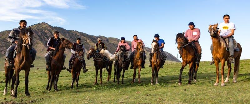 Issyk Kul, Kirghizistan/le 28 mai 2017 - les joueurs de Buzkashi alignent photos libres de droits