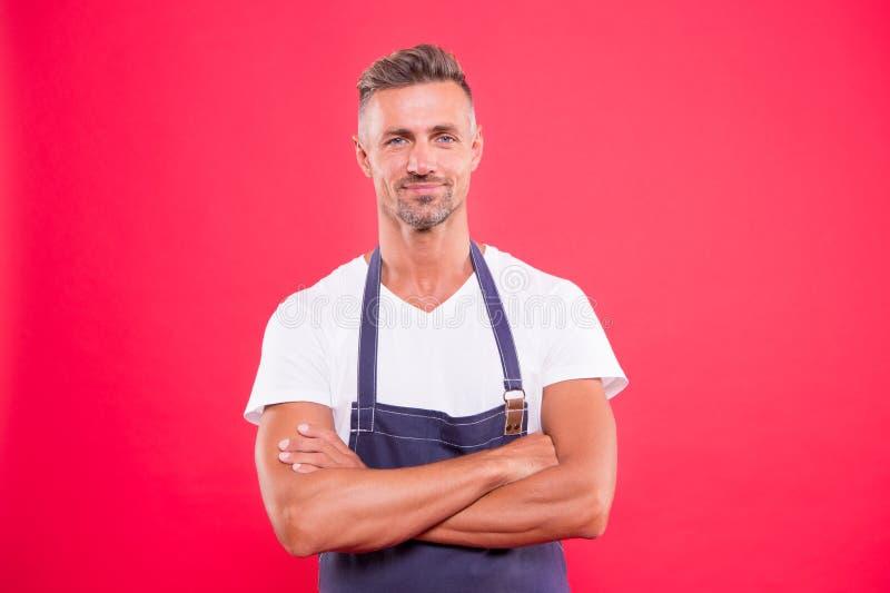 Ist bester Koch mit Borste kreuzte Arme auf rotem Hintergrund des Kastens selbst gemacht Kochen Sie Food zu Hause Reife Kochaufst lizenzfreie stockfotos
