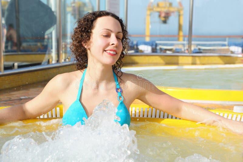 Ist tragende Schwimmenklage der Frau in der heißen Wanne entspannend stockfotos