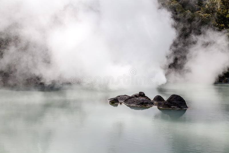 Ist weiße Teich-Hölle Shiraike Jigoku eine der Touristenattraktionen, welche die verschiedenen Höllen in Beppu Onsen, Oita, Japan stockfotos